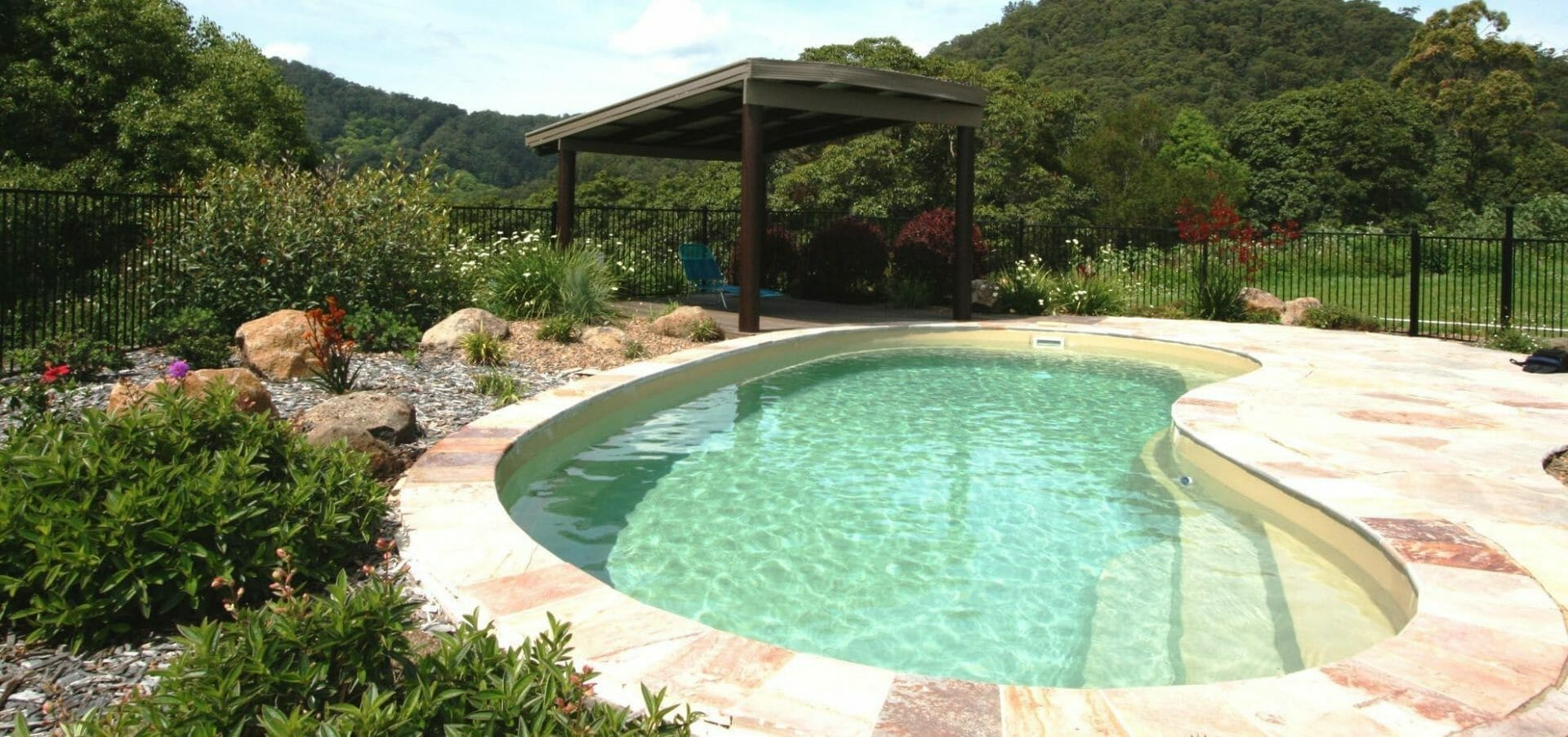 Tuscany Fibreglass Pool with coping and pergola y Leisure Pools